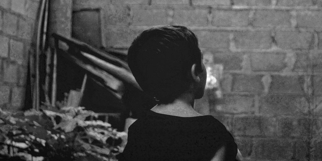 child looking at a wall, source: adri-tor-mhS2ew8wfAU-unsplash